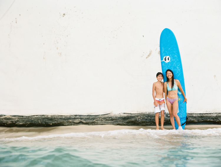 mom and son photo wtih big blue surfboard on oahu at tongs by wendy laurel a hawaii photographer