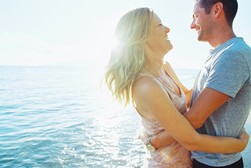 beautiful-couple-photogrpahy-shoot-at-baby-beach-in-lahaina-by-maui-photographer-wendy-laurel-19